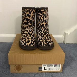 Ugg classic short exotic cheetah size 6